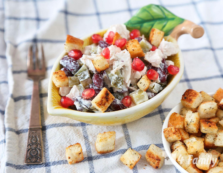 Как сделать салат с фасолью и сухариками