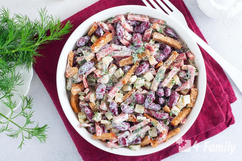 Фото. Как сделать салат с фасолью и сухариками