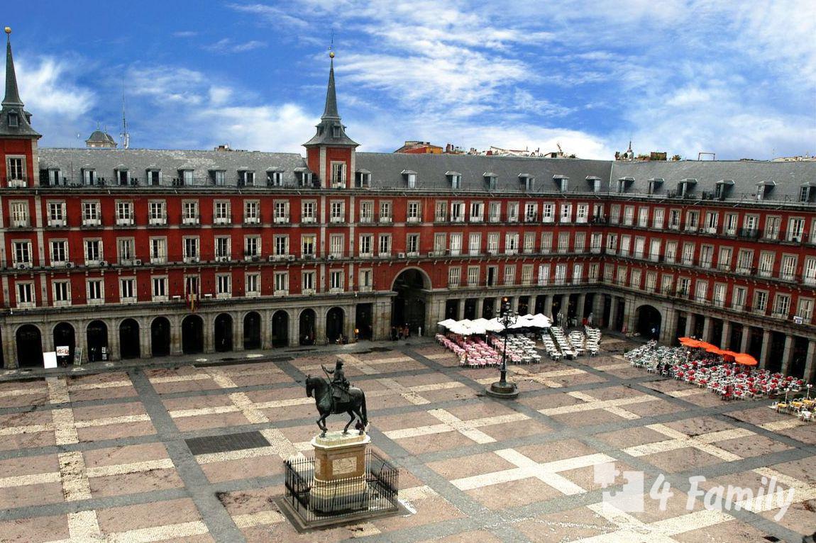 4family Пласа-Майор живописная площадь в центре Мадрида