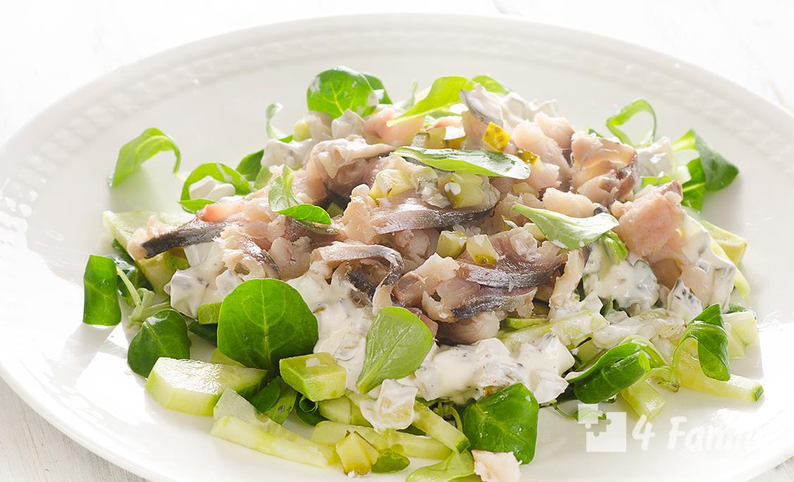 Какой можно приготовить салат из копченой скумбрии