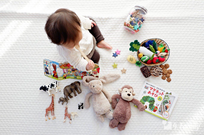 Ребенок меняется игрушками. Учимся правильно реагировать