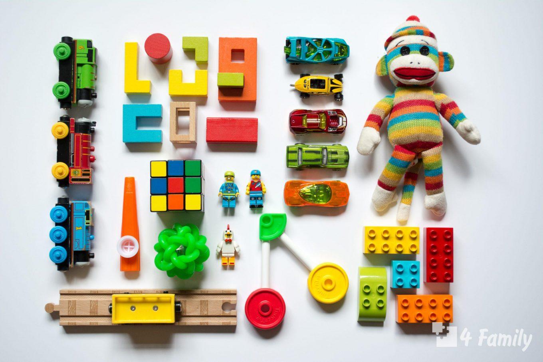 Ребенок меняется игрушками